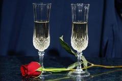 Champán y una rosa. Fotografía de archivo