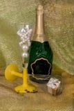 Champán y vidrios con el regalo Imagenes de archivo