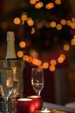Champán y vidrios en casa el noche de la Navidad Fotos de archivo libres de regalías