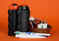 Champú, gel, cosméticos en cesta y cepillo de dientes Imagen de archivo