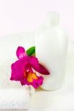 Champú, orquídea y toallas Imagen de archivo