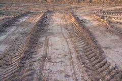 Champ agricole sur lequel a conduit les véhicules lourds Photo stock