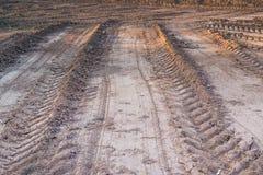 Champ agricole sur lequel a conduit les véhicules lourds Photo libre de droits
