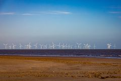 Champ d'éoliennes en mer outre de la côte du Lincolnshire, R-U photo stock