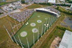 Champ d'exercice moderne de golf avec le filet de périmètre photos stock
