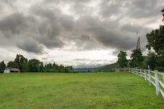 Champ d'herbe et de ciel de clound, ferme Photo stock