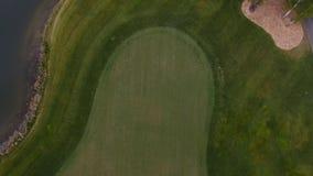 Champ d'herbe verte extérieur de terrain de golf de vert de vue supérieure Vue aérienne de bourdon de vol Image libre de droits