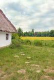 Champ d'inclinaison couvert de chaume par hutte ukrainienne près Photo libre de droits