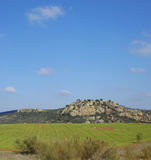 Champ de blé à côté des montagnes, et un ciel bleu avec le fond de nuages Photo stock
