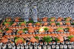Champ de cablage à couches multiples de sushi et de poissons crus Images stock