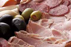 Champ de cablage à couches multiples de viande froide avec des olives photographie stock