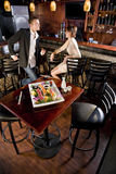 Champ de cablage à couches multiples des sushi sur la table dans le restaurant japonais Images libres de droits
