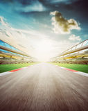 Champ de courses brouillé par mouvement, scène de coucher du soleil photo stock