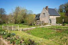 Champ de culture de cresson et vieux moulin à eau, roses de DES de Veules, Normandie Images libres de droits