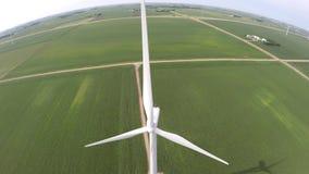 Champ de ferme de vert d'énergie éolienne d'écologie d'énergie renouvelable avec la grande turbine blanche de moulin à vent en st banque de vidéos