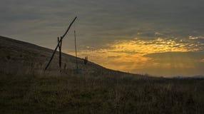 Champ de fontaine dans le coucher du soleil Image stock