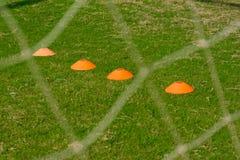 Champ de formation du football avec le cône plat de marqueur Photographie stock libre de droits