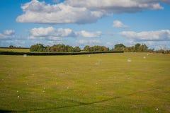Champ 2016 de golf du Royaume-Uni Mersea avec beaucoup de boules là-dessus Photographie stock libre de droits