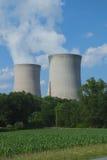 Champ de maïs à côté de centrale nucléaire Photos libres de droits