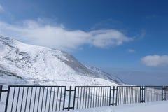 Champ de Mudoro en novembre avec le fond de montagne de neige Images stock