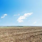 Champ de Ploweed et ciel bleu Photos stock