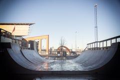 Champ de rampe de patin avec le fond de belle architecture et de ciel bleu Image stock