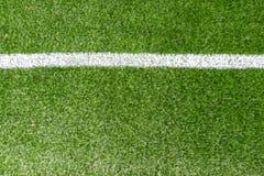 Champ de sports artificiel synthétique vert du football d'herbe avec la ligne faisante le coin blanche de rayure image stock