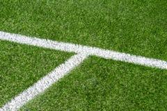 Champ de sports artificiel synthétique vert du football d'herbe avec la ligne faisante le coin blanche de rayure photo stock