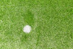 Champ de sports artificiel synthétique vert du football d'herbe avec la marque blanche de pénalité image stock
