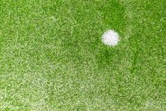 Champ de sports artificiel synthétique vert du football d'herbe avec la marque blanche de pénalité image libre de droits