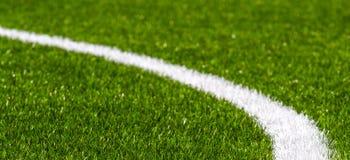 Champ de sports synthétique vert du football d'herbe avec la ligne blanche de rayure image stock