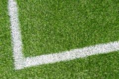 Champ de sports synthétique vert du football d'herbe avec la ligne faisante le coin blanche de rayure photo stock