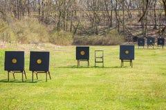 Champ de tir avec des cibles pour le tir à l'arc Images stock