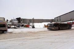 Champ de vol pendant l'hiver pendant les chutes de neige fortes Aéroport de Sheremetyevo, Moscou, Russie Photo libre de droits