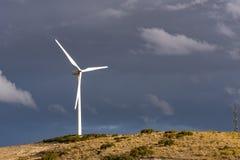 Champ des générateurs photovoltaïques un jour avec des nuages photo libre de droits