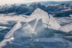 Champ des monticules de glace sur le lac Baïkal congelé Images stock