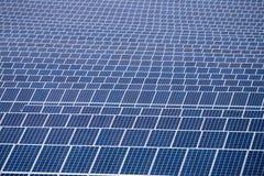 Champ des panneaux solaires Images stock