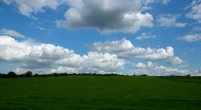 Champ et ciel avec des nuages Photographie stock libre de droits