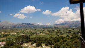 Champ et montagnes en Crète banque de vidéos