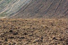 Champ fraîchement labouré prêt pour planter et semer au printemps photographie stock