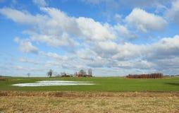 Champ gentil, ferme et beau ciel nuageux, Lithuanie images libres de droits