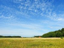 Champ gentil, maisons et beau ciel nuageux, Lithuanie image stock