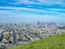 Champ herbeux donnant sur le paysage urbain de San Francisco image stock