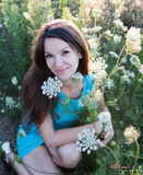Champ heureux de fille et de fleur Photos libres de droits