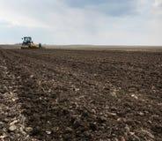 Champ labouré pour la pomme de terre dans le sol brun sur la nature ouverte de campagne photo libre de droits