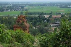 Champa ragt, mit Stadt unten, Vietnam hoch lizenzfreies stockbild