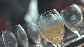 Champagne è versata dal vetro archivi video