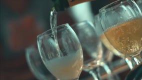Champagne è versata dal vetro stock footage