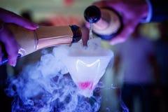 Champagne è versata nel vetro fotografie stock libere da diritti