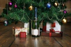CHAMPAGNE, δώρα, χριστουγεννιάτικο δέντρο στοκ εικόνα με δικαίωμα ελεύθερης χρήσης